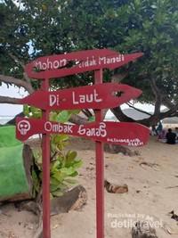 Meski begitu fasilitas di pantai ini terbilang lengkap seperti WC umum, musala, penginapan, restoran dan lain-lain.