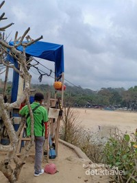 Outbond menjadi salah satu alternatif kegiatan di Pantai Balekambang.