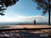 Dari gardu pandang ini kita bisa melihat lanskap kota Yogyakarta