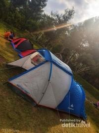Menikmati sore hari dengan udara sejuk sambil berkumpul atau sekedar tidur-tiduran rasanya luar biasa.