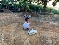 Mengajarkan Anak sejak dini mendekatkannya kepada Alam sekitar, agar dia tumbuh menjadi anak yang peka serta mencintai Alam dan sekitarnya.