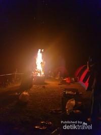 Jangan Lupa malam hari kita menyalakan api unggun untuk menghangatkan tubuh didinginnya malam, disaat menikmati makan malam bersama.