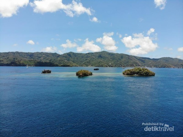 Tiga Pulau Kecil yang berderetan di Selat Lembeh