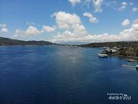Selat Lembeh dengan pemandangan ke Pelabuhan Bitung. Sebelah Kanan adalah Daratan Bitung, dan Sebelah Kiri adalah Pulau Lembeh
