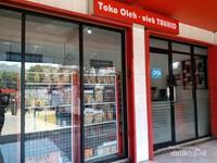 Selain tahu dan tempe, terdapat juga toko oleh-oleh yang terletak di sebelah gerai tahu
