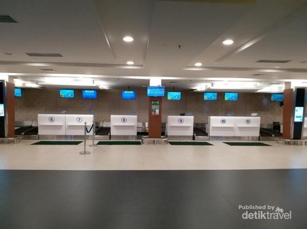 Deretan counter check-in yang terlihat masih baru dan modern
