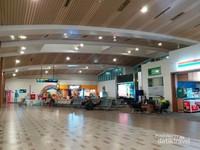 Bandara berlantai dua ini cukup luas dan nyaman