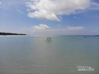 Pantai Ohoideer ini sangat landai. Kalau air sedang surut, pasir putih akan sangat luas. Kalau sedang pasang, kita akan melihat air laut berwarna hijau tosca