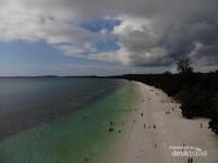 Pantai Pasir Panjang atau Ngurbloat yang sangat panjang. Ini adalah salah satu sisi dari Pantai Ngurbloat
