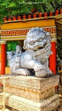 Patung-patung di depan Vihara