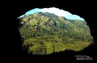 Pemandangan gunung Ungaran dilihat dari dalam goa jepang peninggalan tentara Nippon pada saat perang dunia ke 2.
