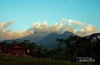 Gunung Ungaran yang puncaknya diselimuti kabut dilihat dari jalur pendakian di desa Medini, Kendal, Jawa Tengah.
