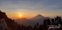 Menikmati Sunrise di atas Bukit Sikunir bersama banyak traveler lain