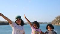 Berlatar belakang tempat di Mulut Seribu, Lokonamon, Rote Timur, di sini kita bisa berenang, snorekling, dan berkeliling di sekitar wilayah laut di sini menggunakan perahu dengan harga sewa 500 ribu rupiah..