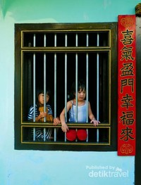 Foto terakhir ini bukan street art ya. 2 anak kecil yang sedang memandang ke arah luar jendela rumahnya di sebuah perkampungan TIonghoa.