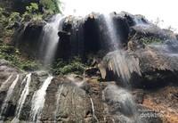 Keindahan sebuah Goa yang dialiri air di permukaannya.