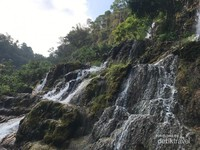 Sebagian jalur ke Goa Tetes, naik dan turun, musti melewati aliran air.