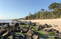 Keindahan pantai yang terlihat bersahabat dengan traveller