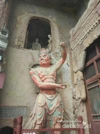 Patung penjaga di depan gua di Maijishan Grottoes.