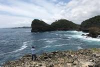 Air yang jernih, ombak yang sedikit ganas, serta karang yang unik adalah pesona Pantai Watu Lepek