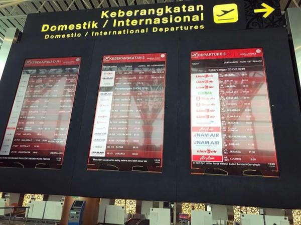Bandara Supadio Jaraknya dari Kota Pontianak adalah 17 km ke arah sebelah selatan. Mal yang paling dekat dengannya Mall Transmart sekitar 15-20 menit. Tidak jauh dari situ ada Mal Ayani, mal paling besar