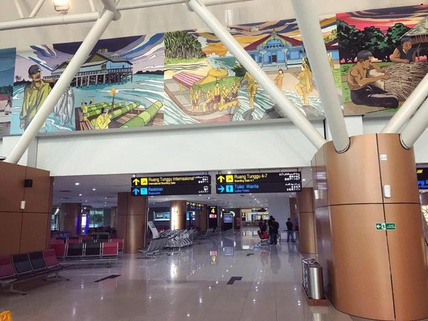 Di airport ini kita bisa melihat lukisan-lukisan yang orang-orang dari Kalimantan Barat seperti melayu, tionghua, Dayak dan lain-lain yang sangat bagus dan rapi. Memberikan kesan airport ini sangat elegan.