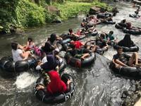 Padatnya wisatawan di jalur sungai.