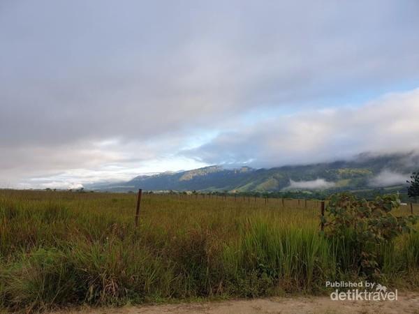Lembah Kebar di pagi hari, bukit-bukit diselimuti awal putih