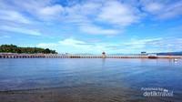 Pantai Carocok Painan dengan pemandangan laut biru.