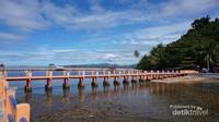 Jembatan semen  menjorok jauh ke tengah laut.