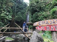 Sebuah jembatan bambu yang menjadi akses mendekati air terjun.