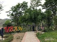 Sebuah taman di belakang pintu gerbang Coban Canggu.