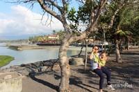 Bermain ayunan di Pantai Candidasa, Karangasem, Bali