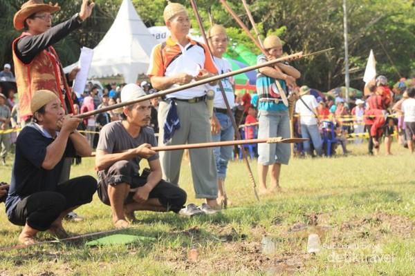 Olahraga sekaligus permainan tradisional bernama sumpit. (Iraw Tengkayu/2017)