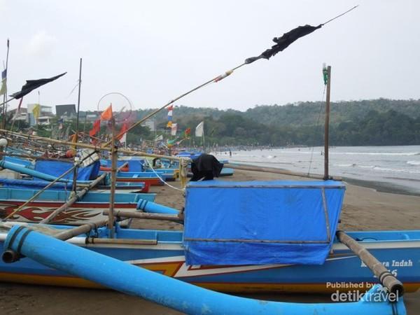 Jejeran perahu tradisional yang biasa digunakan juga oleh wisatawan menyebrang menuju Cagar Alam.