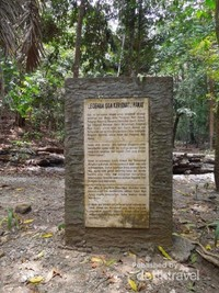 Penjelasan singkat yang tertera pada dinding batu tentang sejarah gua yang kita masuki