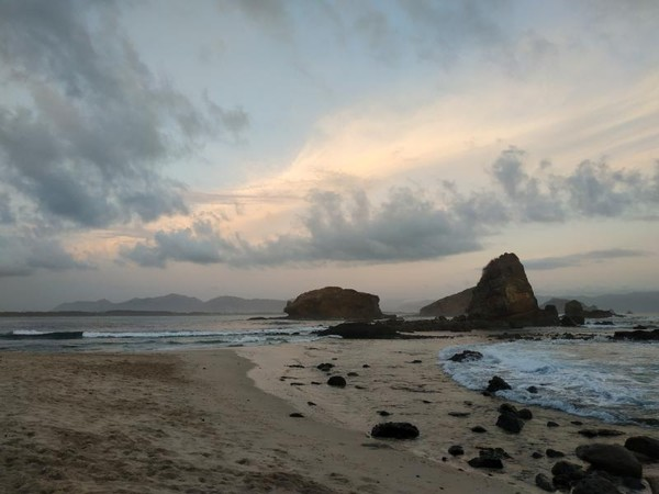 Lokasi pantai Papuma tidak jauh dengan pantai Watu ulo yang sudah dikenal lebih dulu oleh para traveler.