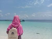 Di tepi pantai Tanjung Bira