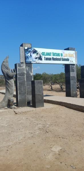 Memasuki gerbang masuk Loh Buaya, habitat asli komodo