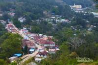 Kota Maubisse terletak di lembah yang dikelilingi gunung-gunung tinggi
