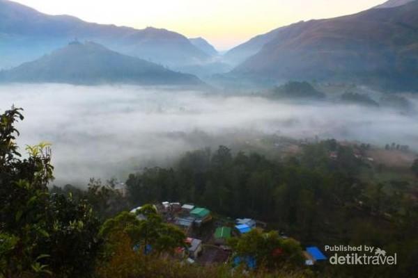 Hamparan kabut yang menutupi sebagian kota Maubisse