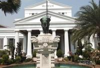 Patung Gajah hadiah dari Raja Thailand, memberikan nama lain untuk museum ini yaitu Museum Gajah