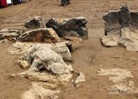 Begini penampakan batu Malin kundang yang ada di pantai ini.