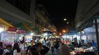 Gang Warung di kawasan Pecinan menjadi pusat kuliner di Semarang.