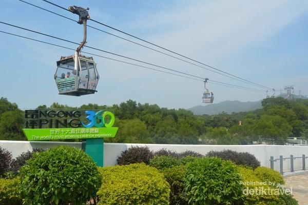 Menaiki Cable Car selama 25 menit di Ngong Ping 360 menjadi hal yang wajib anda kunjungi selama di Hong Kong