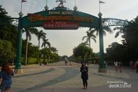 Berfoto di Gerbang Disneyland Hong Kong