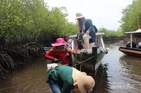 Sesampainya di Pulau Kapo-kapo air sedang surut sehingga pengunjung harus berjalan melewati muara .