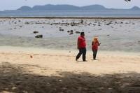 Menikmati pantai di Pulau Kapo-kapo yang berpasir putih.
