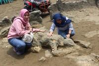 Batu yang berbentuk seperti orang tengkurap dikenal sebagai batu Malin Kundang.
