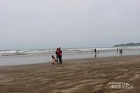 Ombak di pantai ini juga tidak terlalu besar sehingga sebagian pengunjung memilih bermain dipinggir pantai.